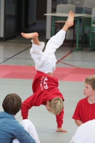Lennard - Handstand wurde fleißig mit Emily im Training geübt.