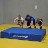 Mattenrutschen - mit Anlauf auf eine Weichbodenmatte springen und damit so weit wie möglich rutschen